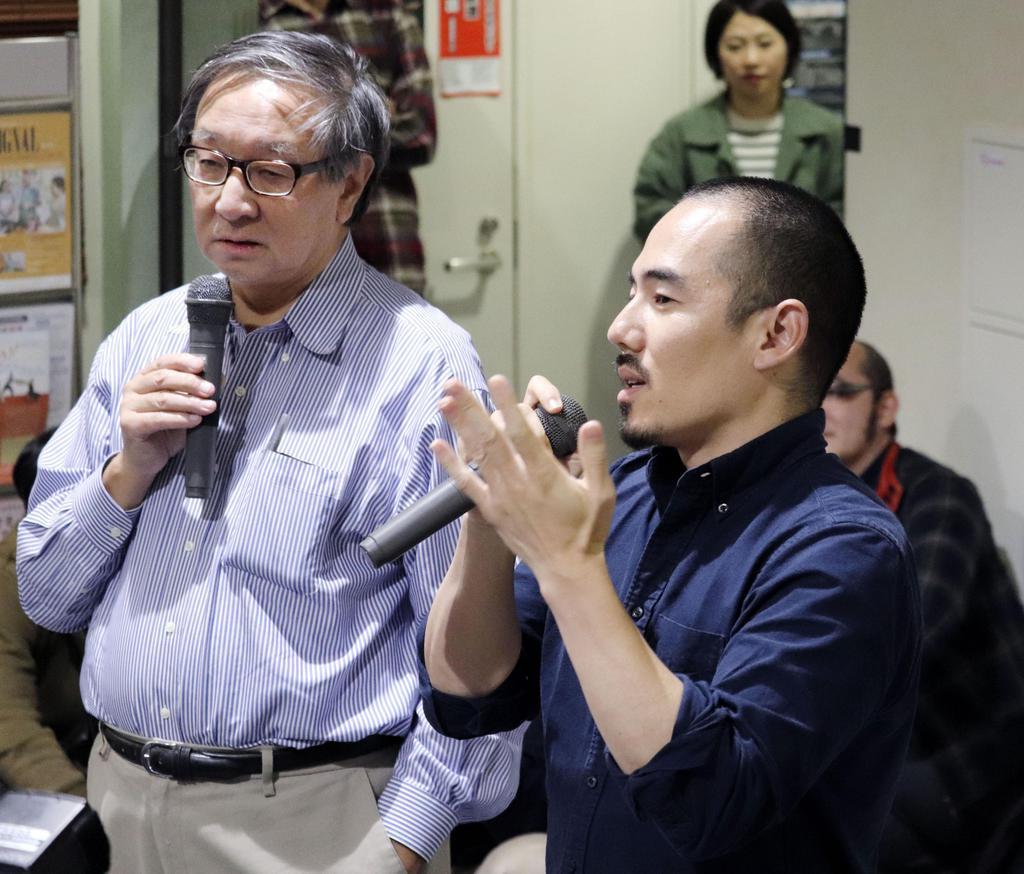 表現の自由について話し合うイベントで発言する「主戦場」のミキ・デザキ監督(右)=10月30日午後、川崎市