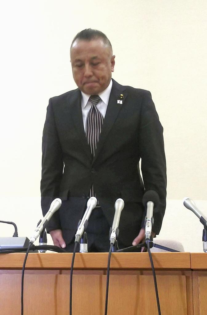 記者会見で謝罪する原田隆司・愛知県豊田市議=10月30日午後、豊田市役所