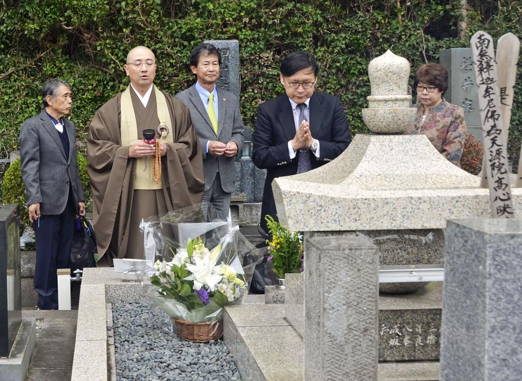 坂本堤弁護士一家殺害事件から30年を前に営まれた法要で、墓を訪れた中村裕二弁護士(左から3人目)ら=3日、神奈川県鎌倉市