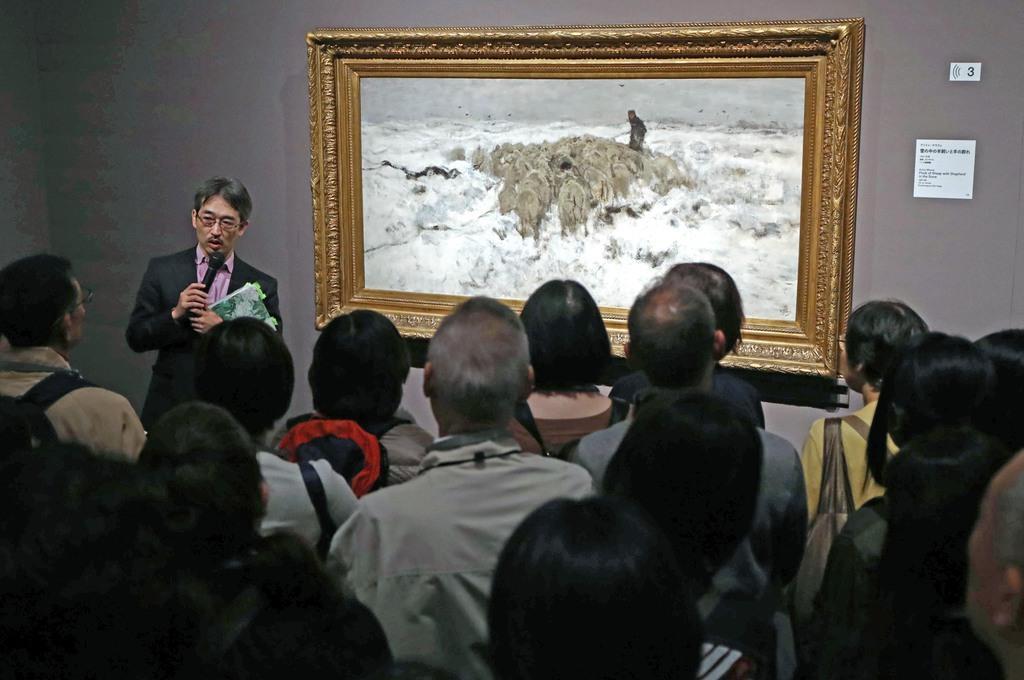 アントン・マウフェの「雪の中の羊飼いと羊の群れ」を鑑賞する参加者ら=3日午後、東京・上野公園の上野の森美術館(桐山弘太撮影)