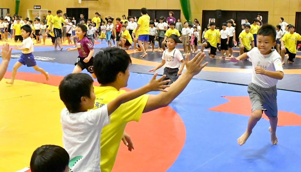 体操教室で全力疾走する子供
