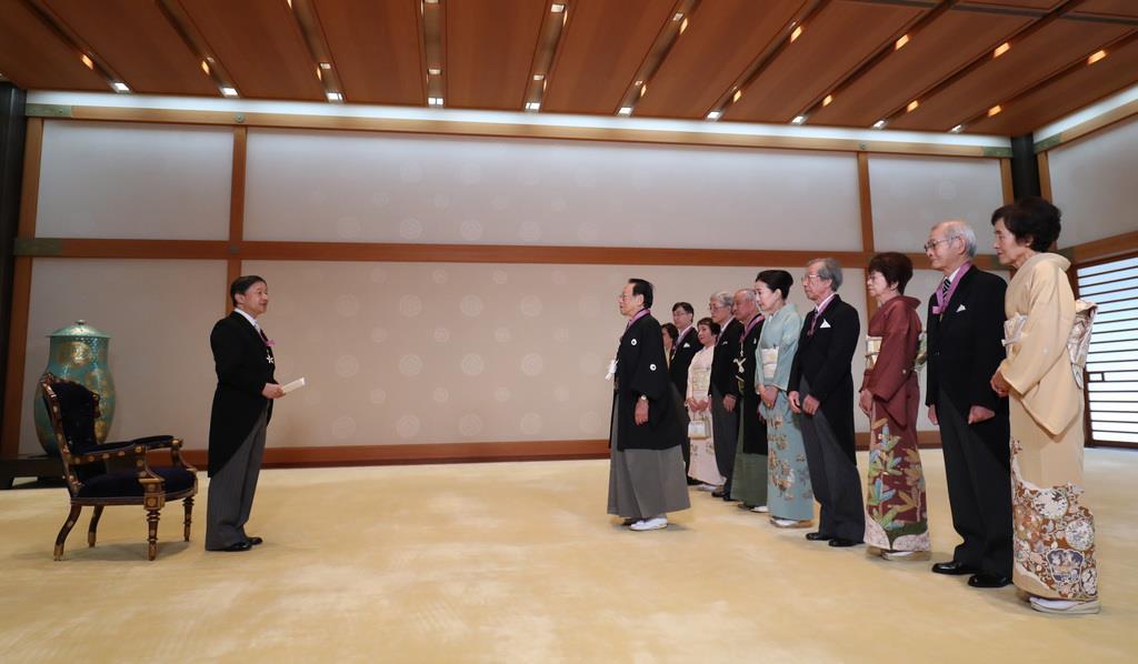 文化勲章の親授式で、受章者らにねぎらいの言葉を掛けられる天皇陛下=3日午前、皇居・宮殿「竹の間」(古厩正樹撮影)