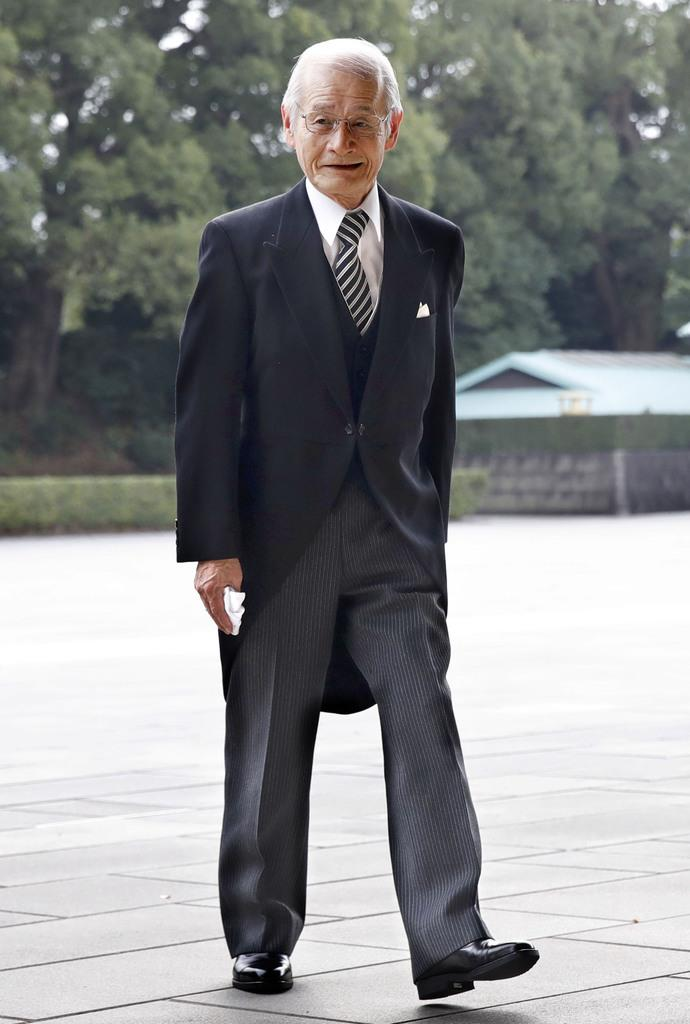 文化勲章の親授式に向かう吉野彰さん=3日午前、宮殿・南車寄
