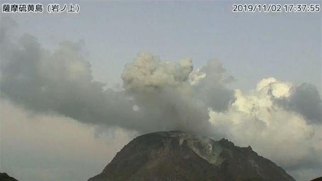 気象庁のカメラが撮影した、小規模な噴火が発生した鹿児島県の薩摩硫黄島=2日午後5時37分
