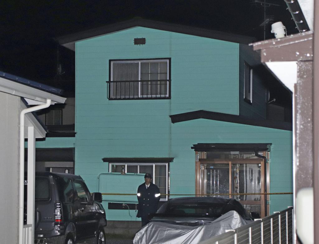 死亡している女性が見つかった青森県八戸市の住宅=3日夜