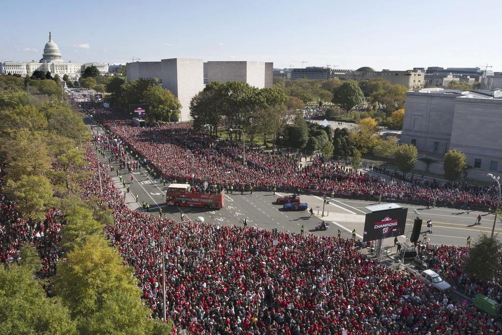 ワシントンで行われた、ワールドシリーズを初制覇したナショナルズの優勝パレード=2日(ゲッティ=共同)