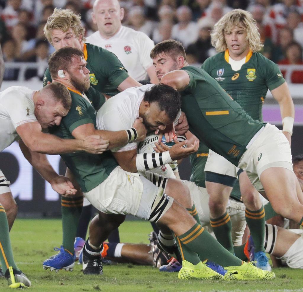 イングランド-南アフリカの決勝戦で、前半、突進を阻まれるイングランドのB・ブニポラ=2日、日産スタジアム