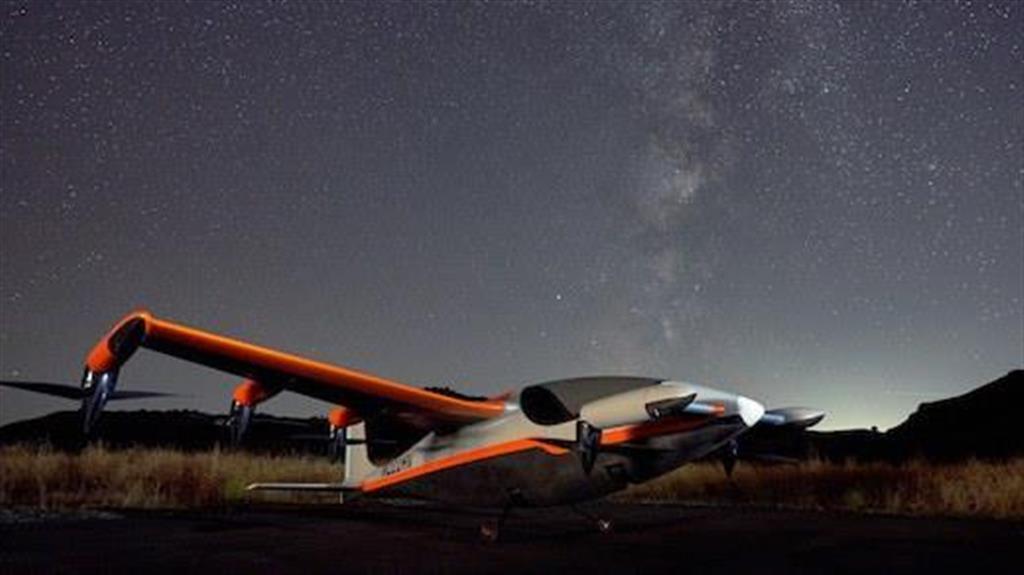 キティホークの垂直離着機Heavisideは、両翼に6基、前方の小翼に2基、計8基のモーターを搭載。プロペラを下に向けて垂直に浮かび上がり、後方に向けることで水平方向への推進力を得るしくみだ。 PHOTOGRAPH BY KITTY HAWK