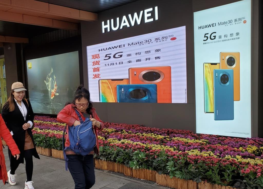 1日、北京の繁華街・王府井に掲示されたファーウェイの5G対応スマートフォンの看板(三塚聖平撮影)