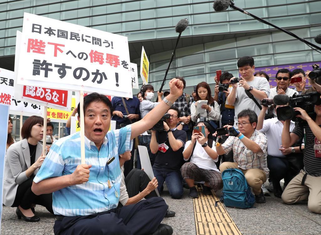 「表現の不自由展・その後」の再開に抗議する名古屋市の河村たかし市長(左手前)=8日、同市東区(鳥越瑞絵撮影)