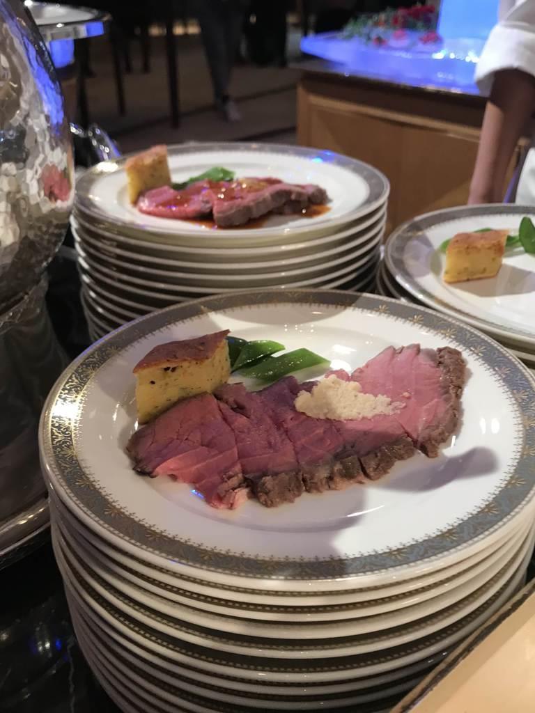 フェアのオープニングセレモニーで提供された英国産牛肉のローストビーフ=2019年10月30日、東京・高輪のグランドプリンスホテル高輪