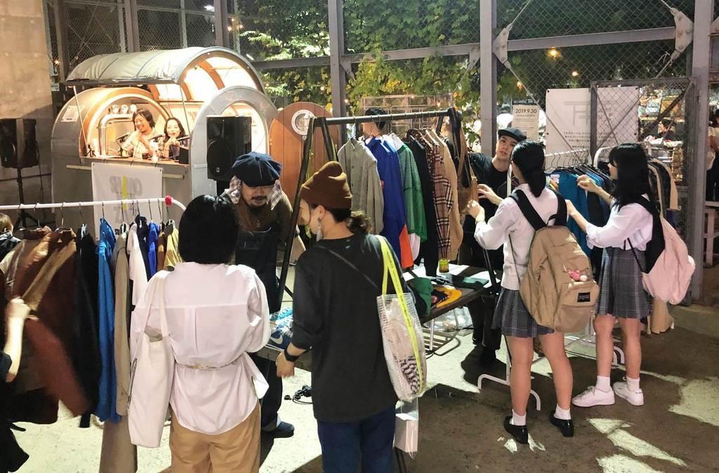 古着などを売る露店。「シモキタ」には多くの若者たちが訪れる=東京都世田谷区