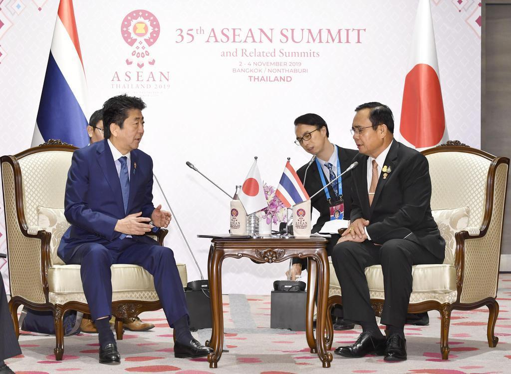タイのプラユット首相(右)と会談する安倍首相=4日、バンコク(共同)
