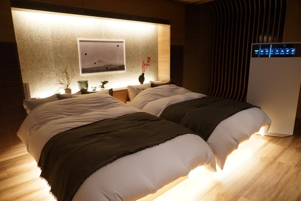 パナソニックのショールームで実施されている睡眠サービスのデモンストレーション。就寝時は薄暗い明かりの室内に波の音が流れる=今年8月、東京都内