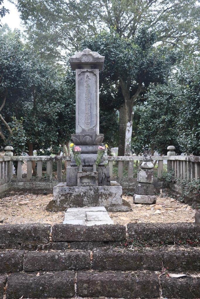 報恩寺の天徳寺殿碑=佐野市山形町