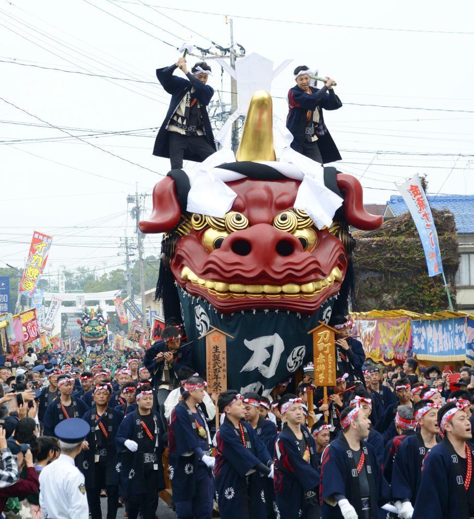 「唐津くんち」で市街地を巡行する最古の曳山「赤獅子」