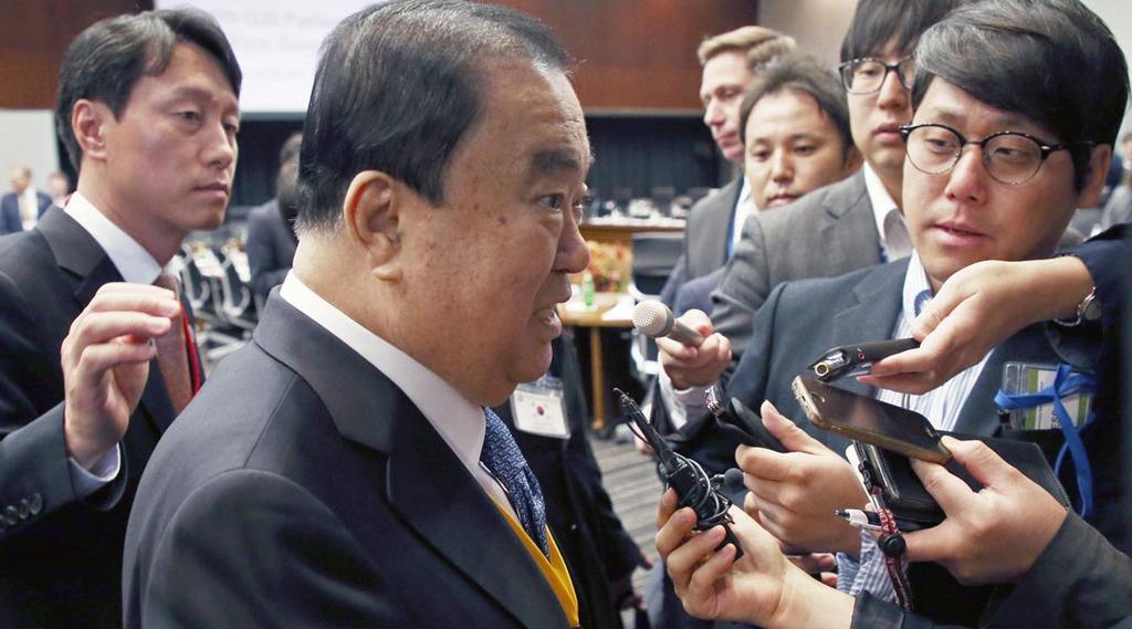 G20国会議長会議前、記者に囲まれる文喜相韓国国会議長(中央)=4日午前、参議院議員会館(佐藤徳昭撮影)