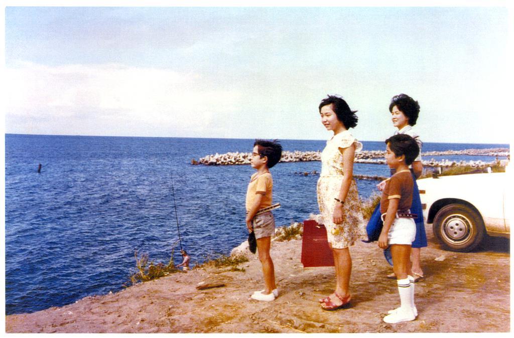 自宅近くの海を家族と眺める小学6年の横田めぐみさん(左から2人目)。この約1年後に北朝鮮工作員に拉致された=昭和51年8月、新潟市内