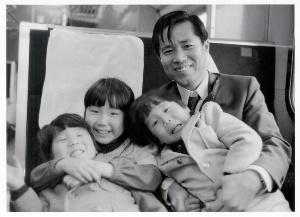 家族旅行の列車内で滋さんや双子の弟たちとはしゃぐめぐみさん(左から2人目)=昭和47年ごろ、広島県内
