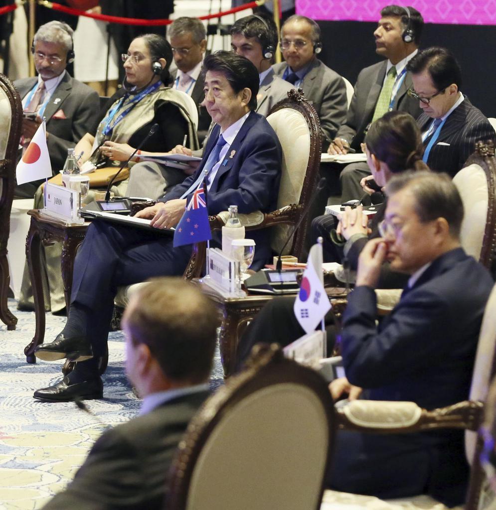 東アジアサミットに臨む安倍首相(中央)。手前から2人目は韓国の文在寅大統領=4日、バンコク郊外(代表撮影)