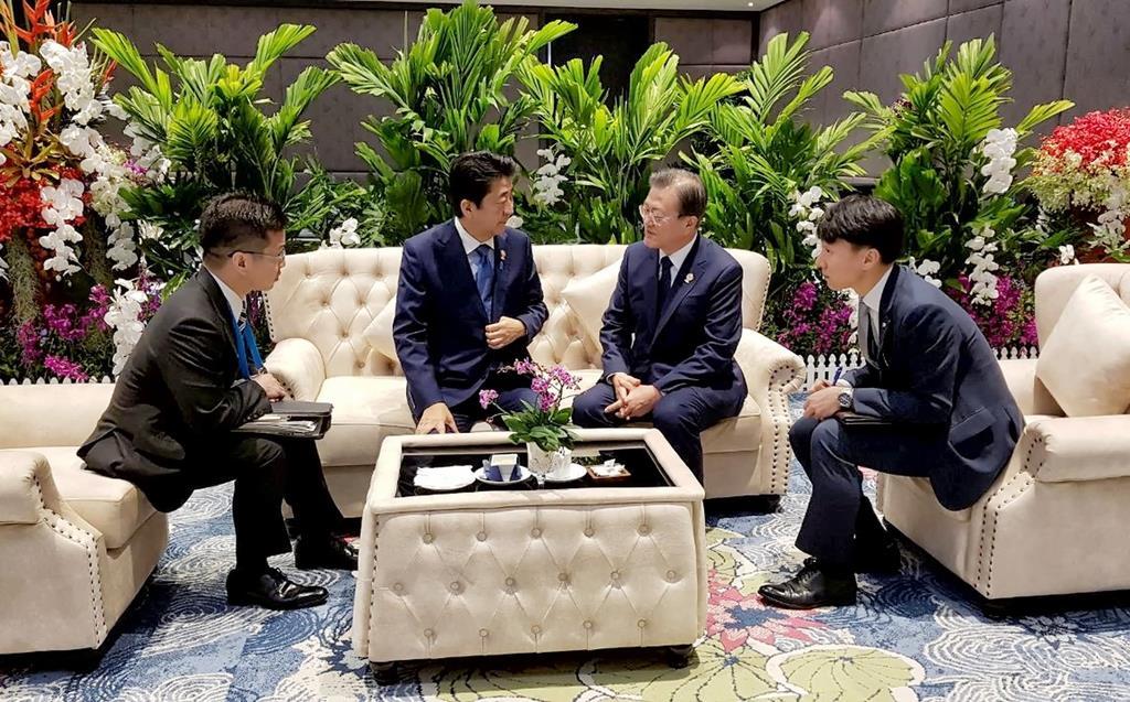 ASEAN関連首脳会議に出席中の安倍晋三首相と韓国の文在寅大統領が面談した=4日、タイ・バンコク郊外(韓国大統領府提供・聯合=ロイター)