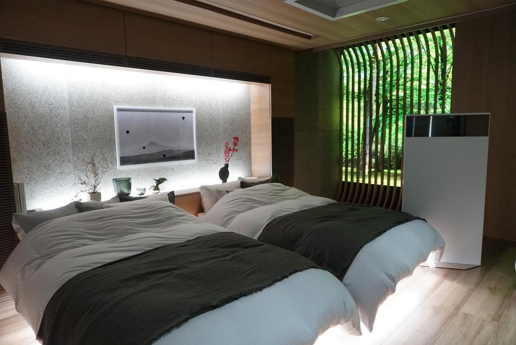 パナソニックのショールームで実施されている睡眠サービスのデモンストレーション。起床時は森の映像が投影され、小鳥のさえずりが聞こえる=今年8月、東京都内