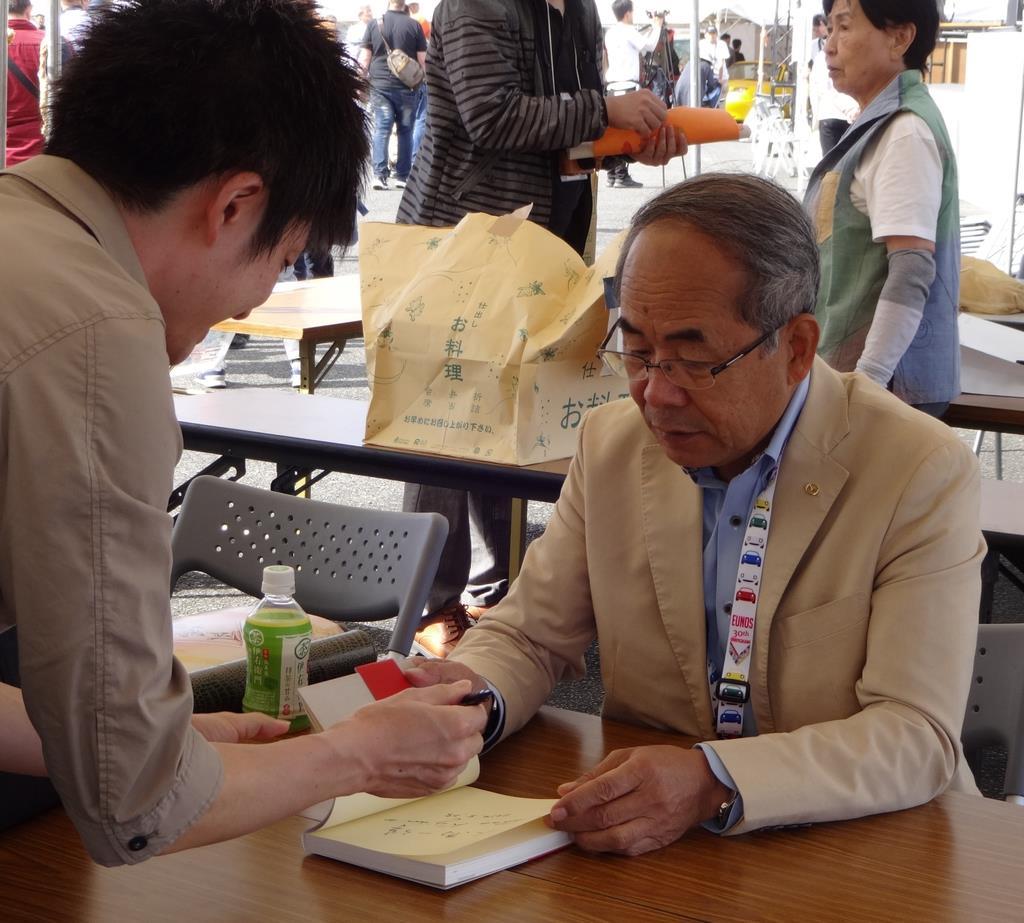 ファンからサインを求められて気軽に応じる貴島孝雄さん=10月、広島県三次市