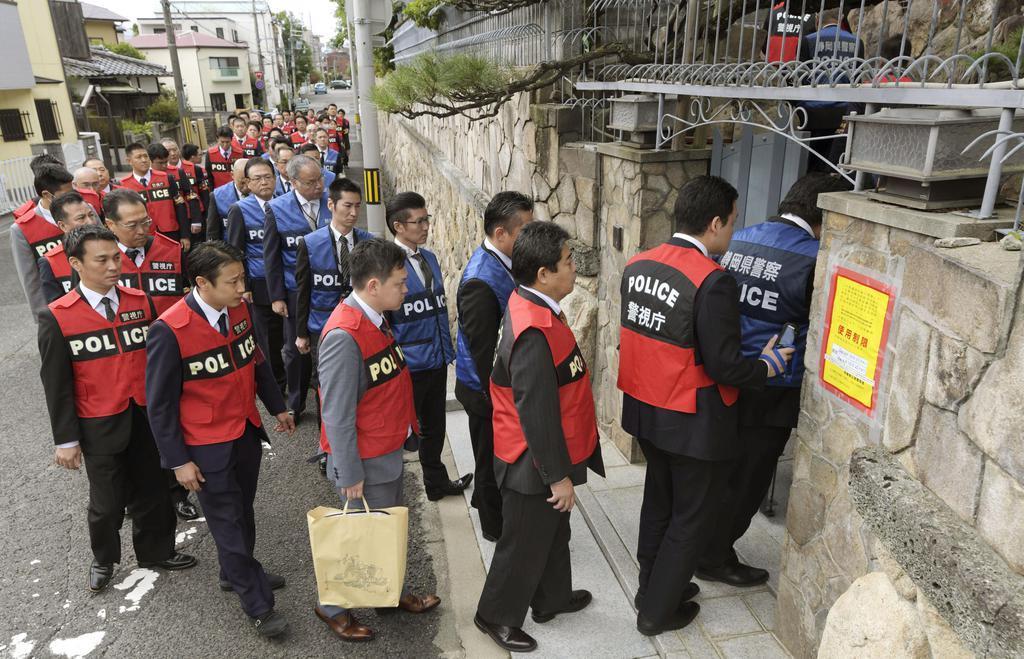 山口組総本部に家宅捜索に入る警視庁と静岡県警の捜査員=4日午前11時13分、神戸市