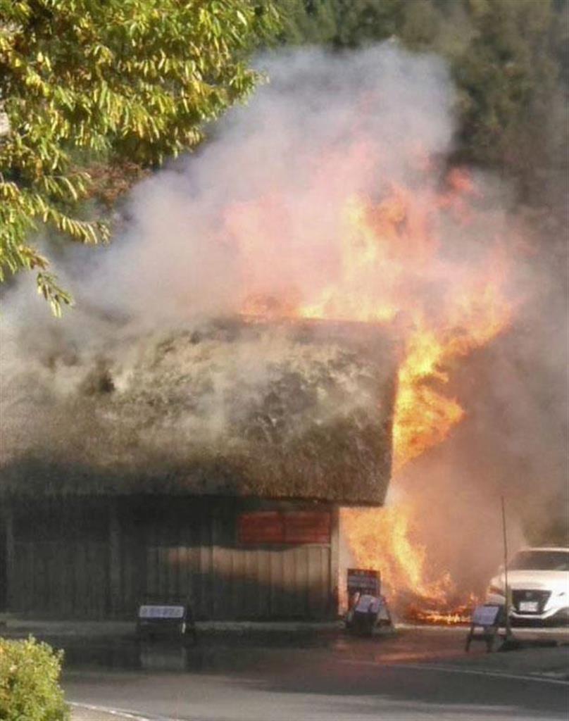 岐阜県白川村の白川郷で、炎を上げて燃える駐車場の小屋=4日午後2時40分ごろ(近隣店舗提供)
