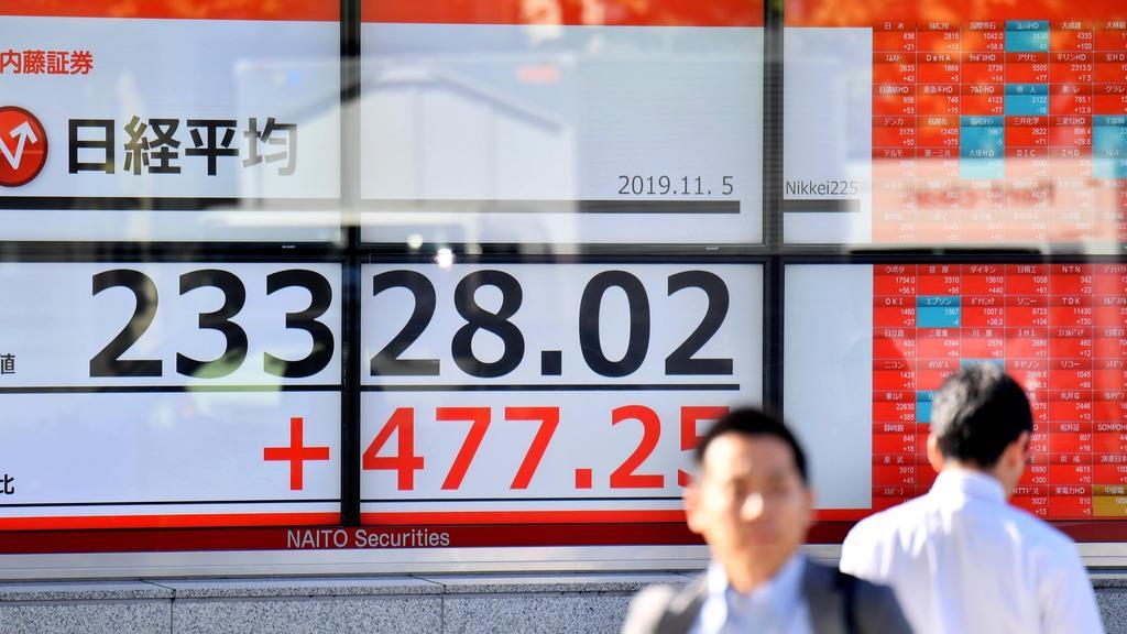 上げ幅が一時400円を超えた日経平均株価=5日午後、東京都中央区(宮崎瑞穂撮影)