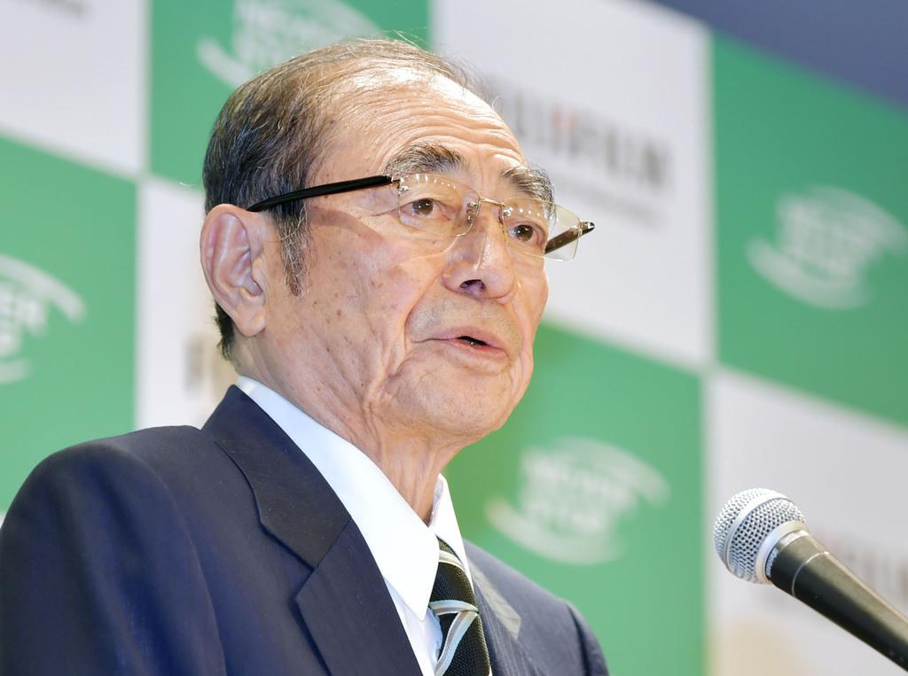 記者会見する富士フイルムホールディングスの古森重隆会長=5日午後、東京都千代田区