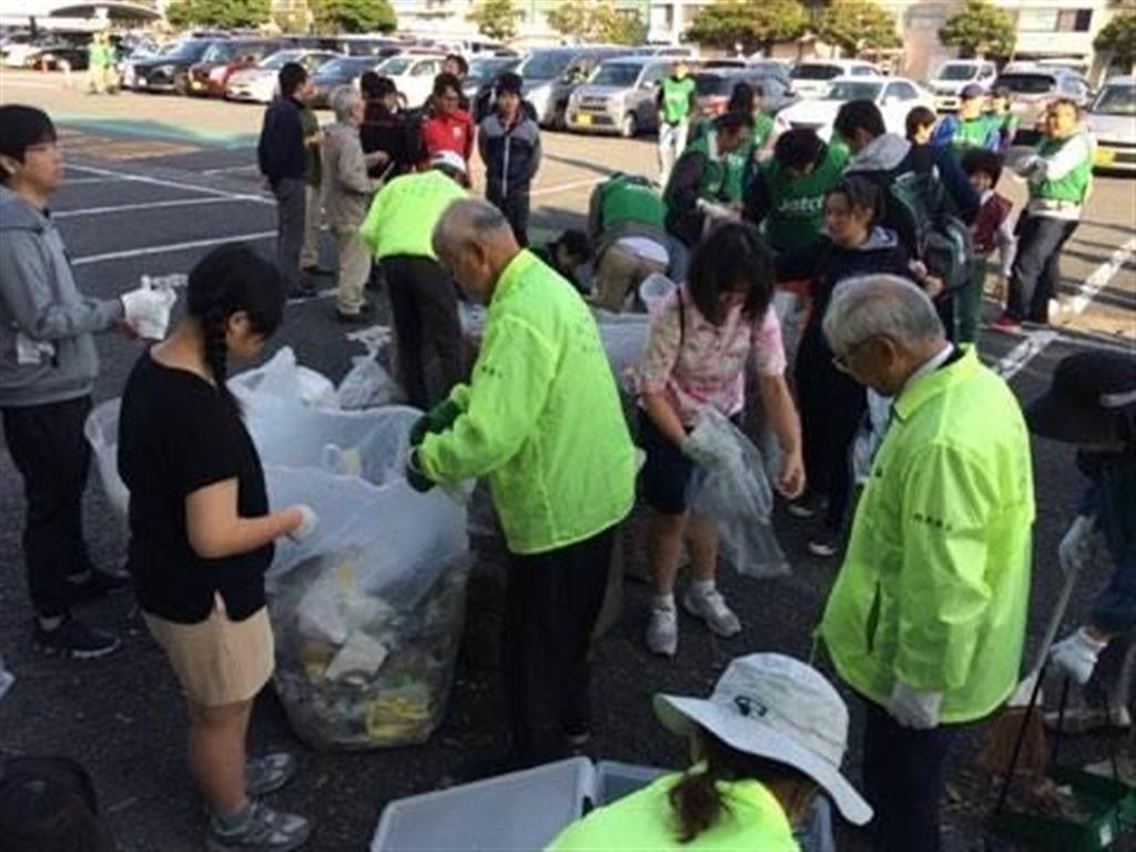 富士市立高生らが清掃活動を行った=富士市