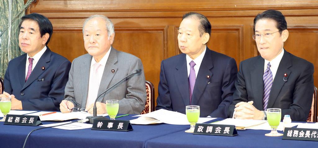 自民党総務会に臨む鈴木俊一総務会長(左から2番目)=5日午前、国会内(春名中撮影)