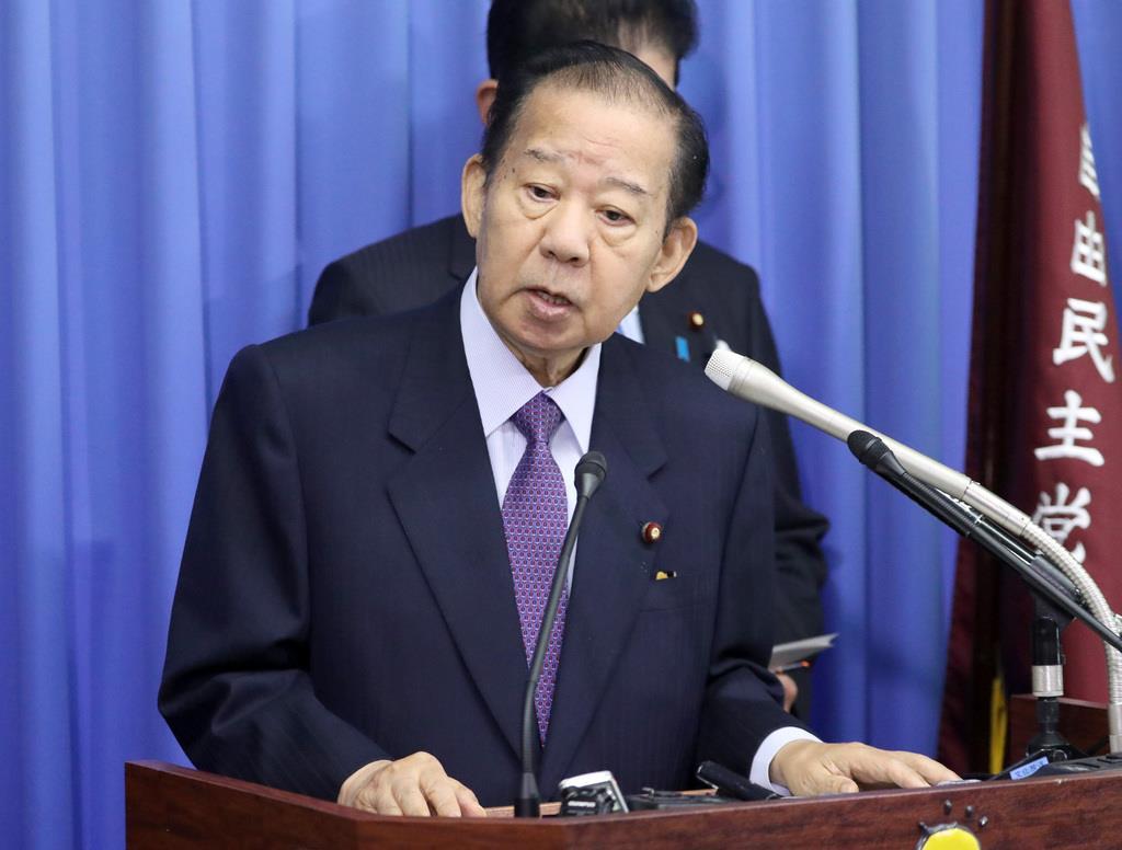会見で記者団の質問に答える、自民党・二階俊博幹事長=5日午前、国会内(春名中撮影)