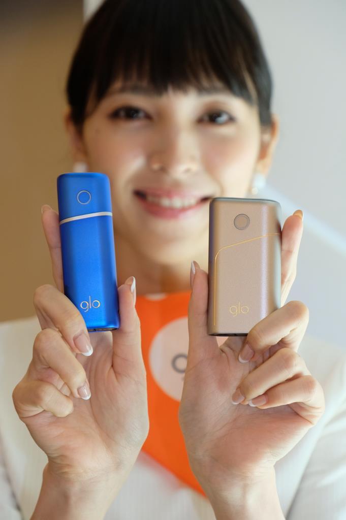 ブリティッシュ・アメリカン・タバコ・ジャパンが10月に発売する「グロー・プロ」(写真右)と「グロー・ナノ」=東京都港区(日野稚子撮影)
