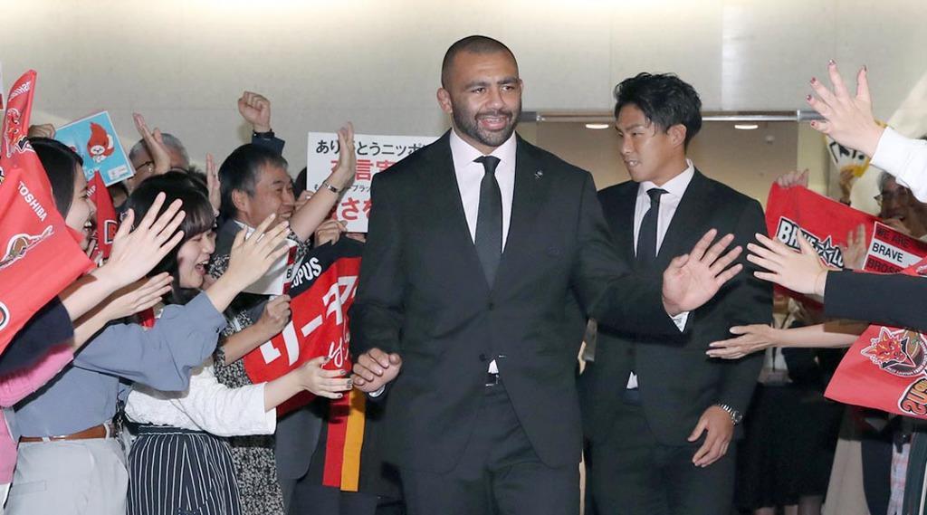 東芝の従業員らに迎えられるラグビー日本代表のリーチ・マイケル(左)と徳永祥尭=5日、東京都港区の東芝本社(福島範和撮影)