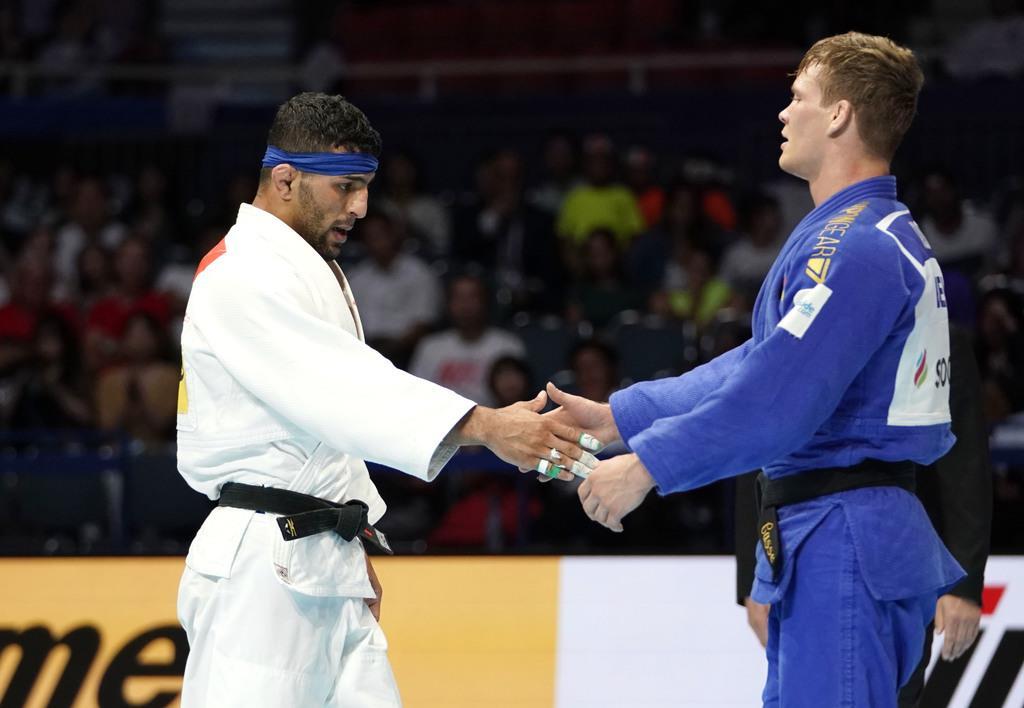 握手を交わすイランのサイード・モラエイ選手(左)=東京・日本武道館