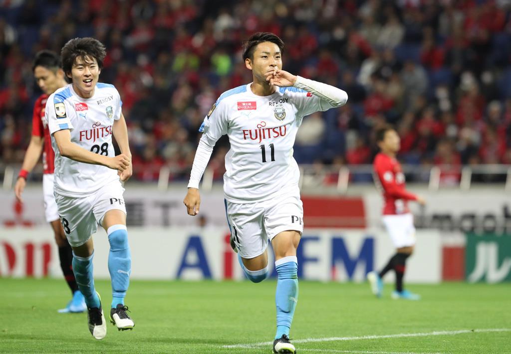 後半、チーム2点目となるゴールを決める川崎・小林悠(右)=埼玉スタジアム(蔵賢斗撮影)