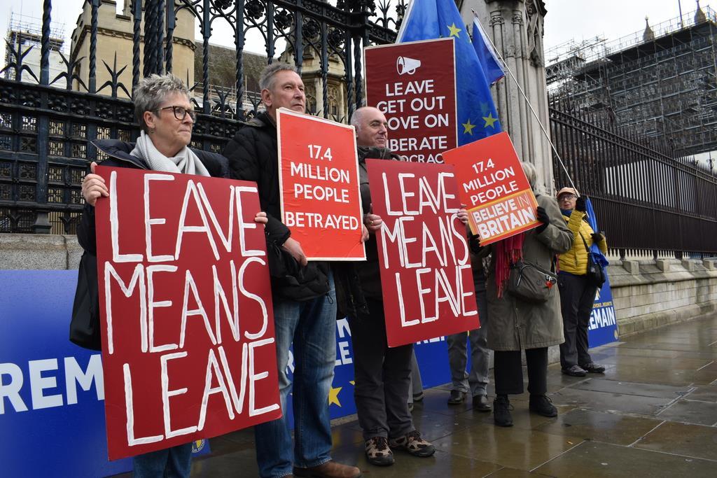 4日、英国会議事堂前で、離脱を支持する政党への投票を訴える市民(板東和正撮影)