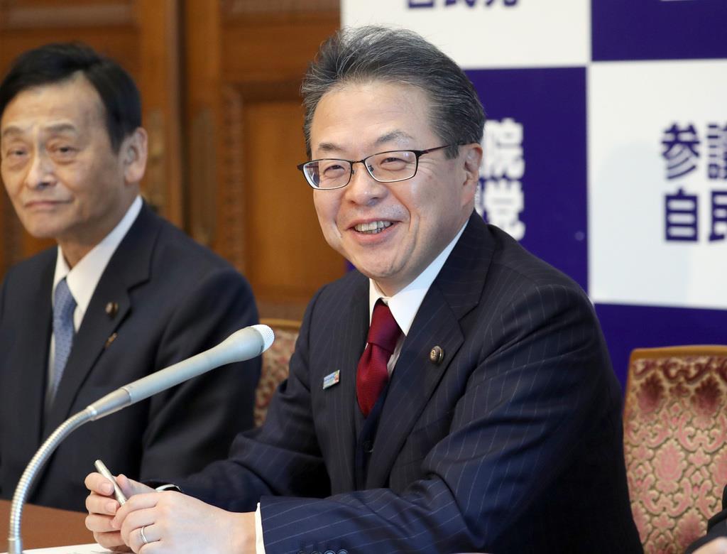 会見で記者団の質問に答える、自民党・世耕弘成参院幹事長=5日午後、国会内(春名中撮影)