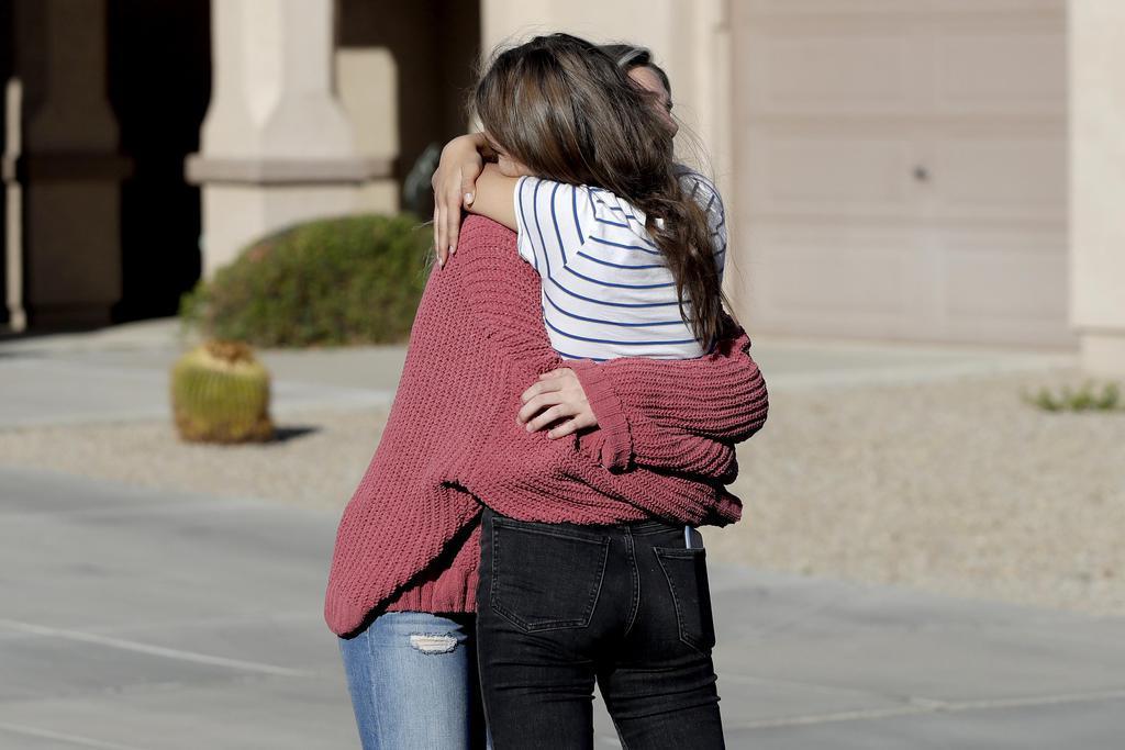 メキシコでの襲撃事件を受け、抱き合う被害者の親戚ら=5日、米西部アリゾナ州(AP)