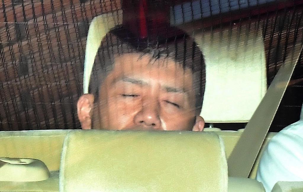 車両に乗せられ横浜地検から出る小林誠容疑者=6月23日、横浜市中区(三尾郁恵撮影)