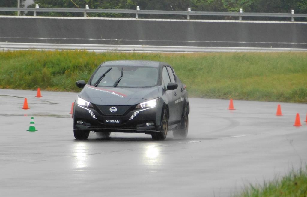 日産自動車の4輪駆動EVの試作車。4輪それぞれを緻密に制御し、スムーズな乗り味を実現している=神奈川県横須賀市