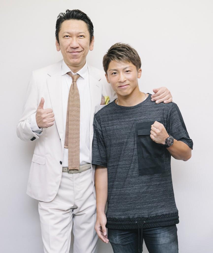 井上尚弥にエールを送る布袋寅泰(左)(C)Michiko.Yamamoto