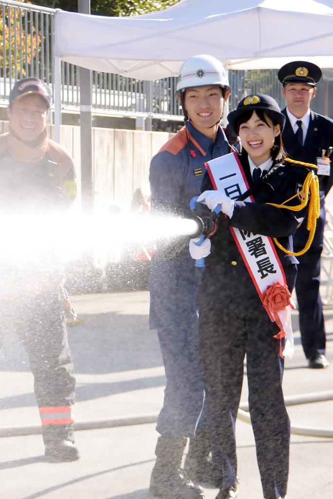 消防ホースからの放水を体験する一日消防署長の井頭愛海さん=大阪府河内長野市消防本部