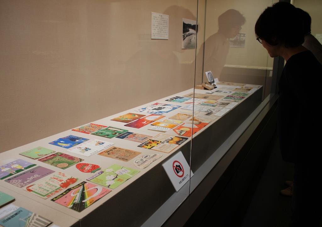 多くの資料が展示されている「阪和電鉄開通90周年 阪和電気鉄道からJR阪和線へ」展=大阪府和泉市