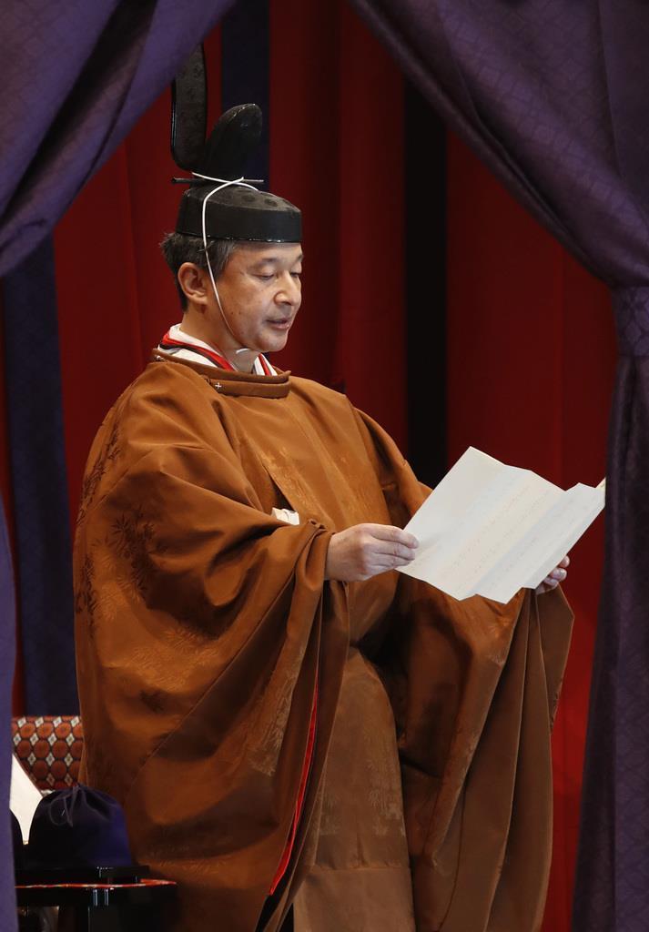 「即位礼正殿の儀」で、即位を宣言される天皇陛下=10月22日午後1時17分、宮殿・松の間(代表撮影)