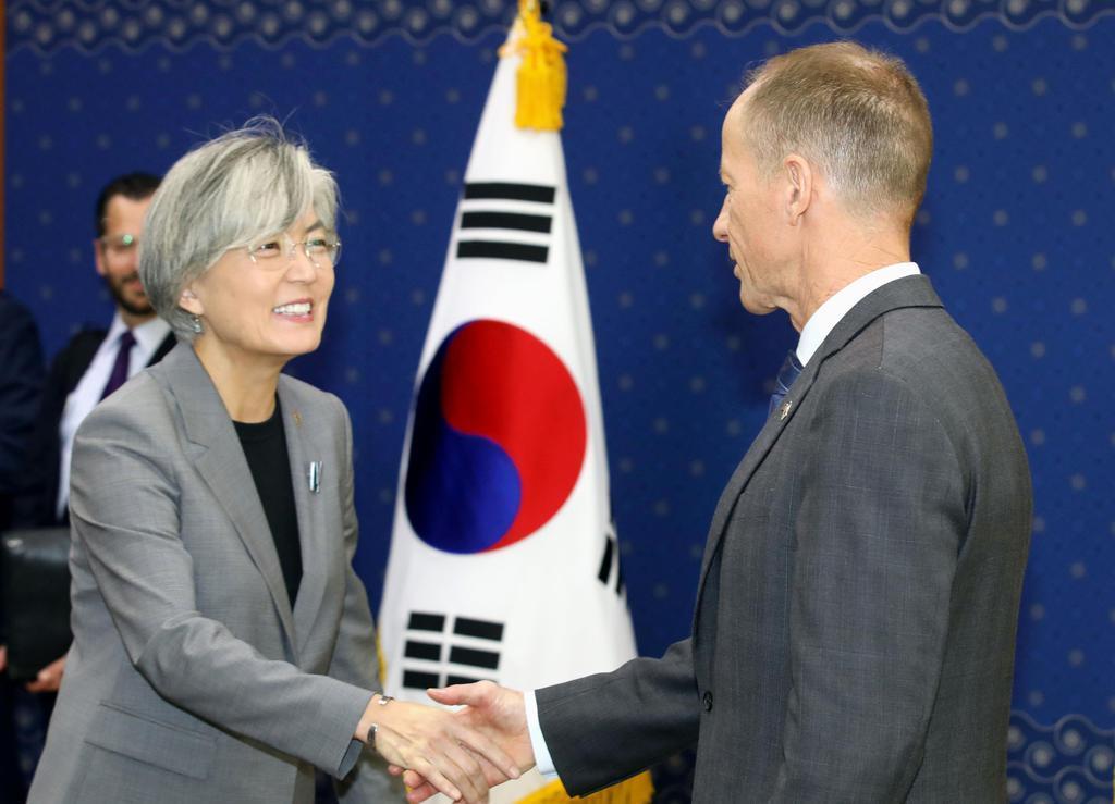 会談を前に握手する韓国の康京和外相(左)とスティルウェル米国務次官補=6日、ソウル(聯合=共同)
