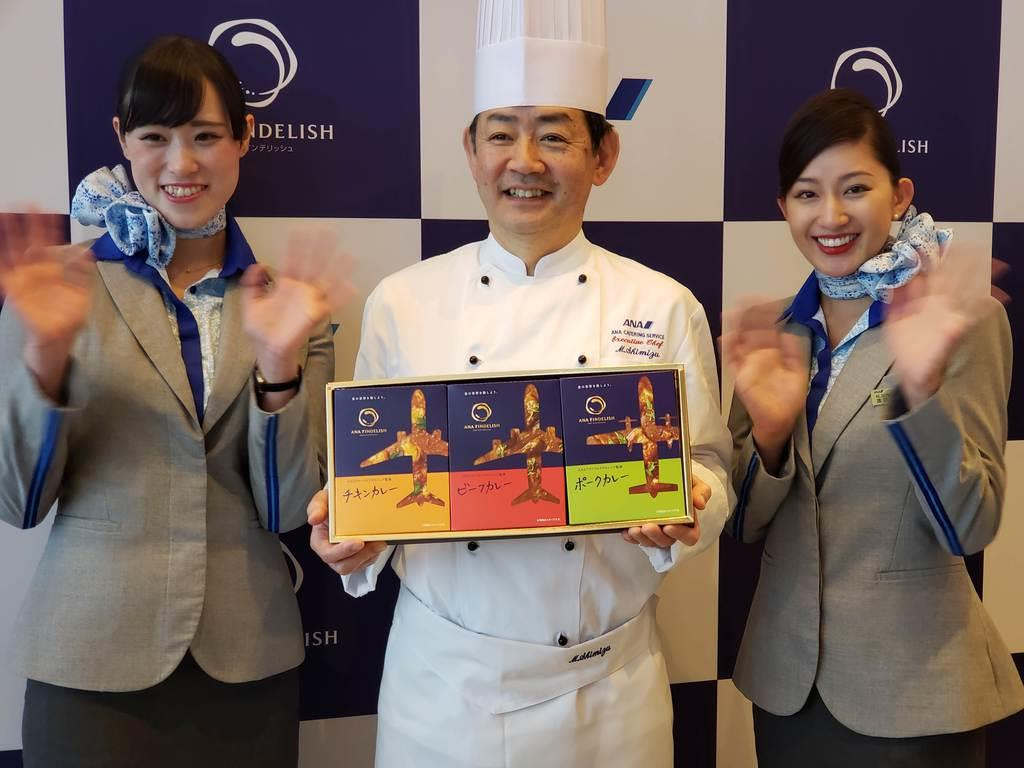 ANAケータリングサービスは、ファーストクラスの機内食を担当するシェフが監修したカレーを販売する=6日、東京都大田区