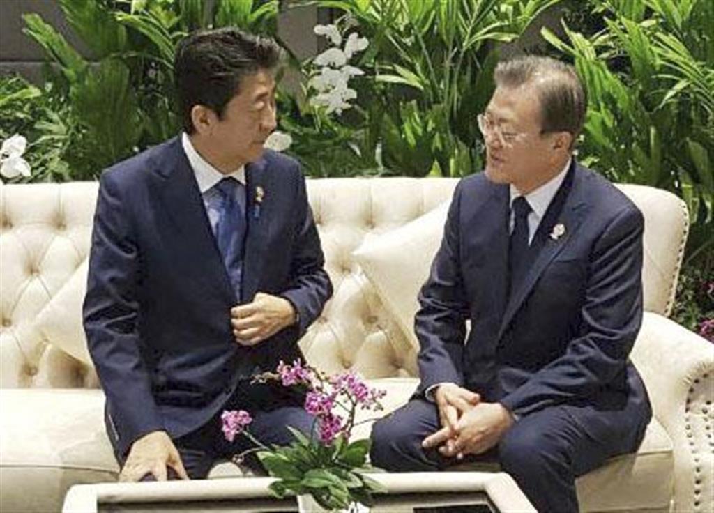 歓談する安倍首相(左)と韓国の文在寅大統領=4日、バンコク(韓国大統領府提供・聯合=共同)